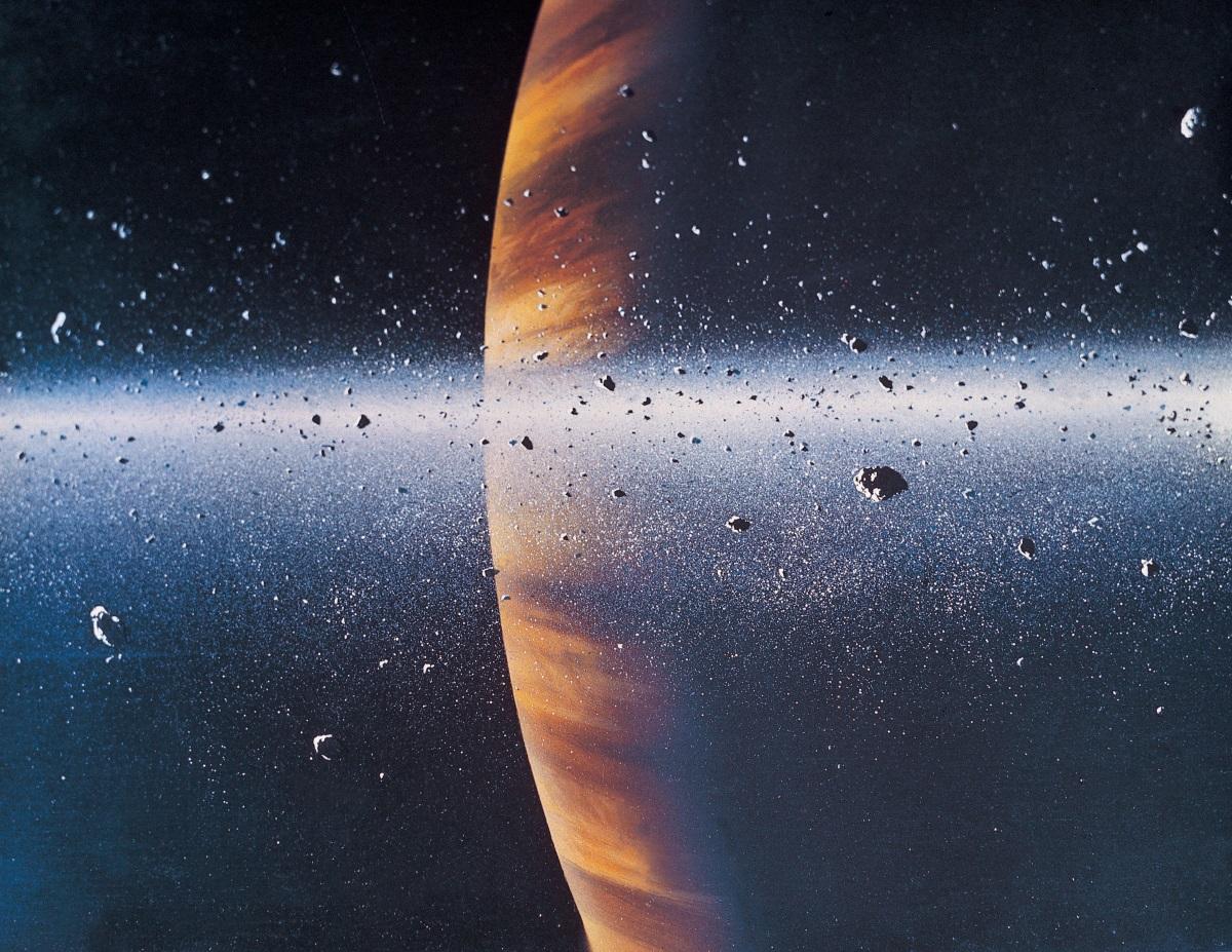 """Догодина, след 13-годишна мисия за изследване на Сатурн и пръстените му, космическият апарат """"Касини"""" ще се спусне контролирано в атмосферата на планетата, за да се разруши. Маневрата е насрочена за 15 септември, а първото спускане на по-ниска орбита започна в края на ноември тази година. Космическият апарат ще се гмурка във външните райони на пръстените на планетата на всеки седем дена или общо 20 пъти до края на април 2017 г. Той ще наблюдава някои от многото мини луни на Сатурн и ще вземе проби от частиците в пръстените."""