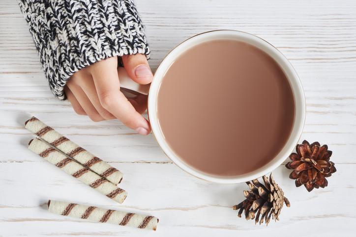 <p>Горещ шоколад: Има моменти, в които само чаша горещ шоколад може да ни успокои. Най-вкусната напитка може да бъде приготвена изключително лесно и у дома, като ви е необходимо само мляко и шоколад.</p>
