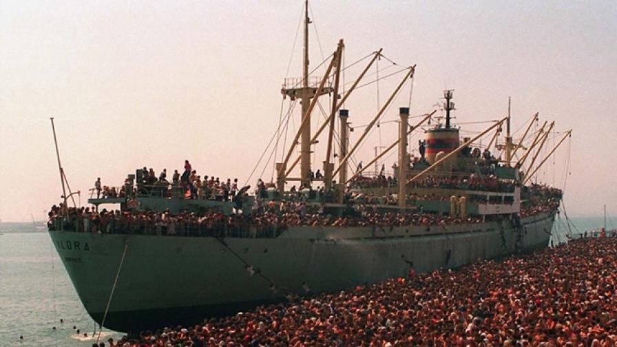 Албански бежанци на товарен кораб към нов живот в Италия