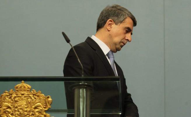 Наруши ли Плевнелиев Конституцията или постъпи достойно