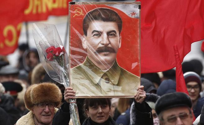 Руските комунисти отбелязаха 137-та годишнина от рождението на Йозеф Сталин. Докато историци обвиняват Сталин за смъртта на милиони чрез чистки, затворнически лагери и принудителна колективизация, много хора в Русия го почитат за за победата на Съветския съюз над нацистка Германия през Втората световна война