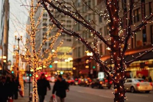 Парите не бива да излизат от дома - В някои страни се смята, че парите, бижутата и другите ценности не могат да се изнасят от дома в деня преди Нова година. Някои хора отиват дотам, че не искат да изкарват дори и боклук, за да бъдат сигурни, че през следващата година домът ще се обогатява, а няма да се изчерпва.