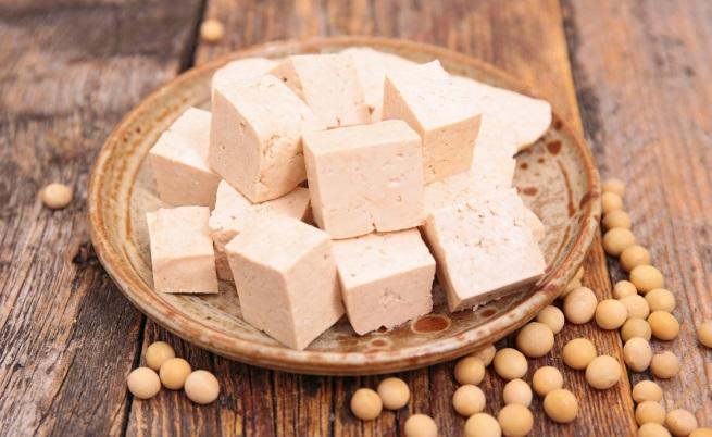 Тофу<br /> Соевите продукти са богати на изофлавони, наподобяващи женския полов хормон естроген, една от функциите на който е да помага на кожата да произвежда качествен колаген. Основавайки се на направените досега изследвания върху изофлавоните, специалистите смятат, че те забавят изтъняването на кожата - процес, който в крайна сметка води до появата на бръчки.