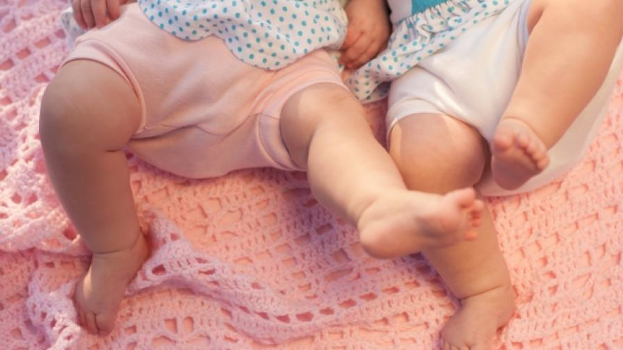Близнаците, които се родиха през две седмици, и още...