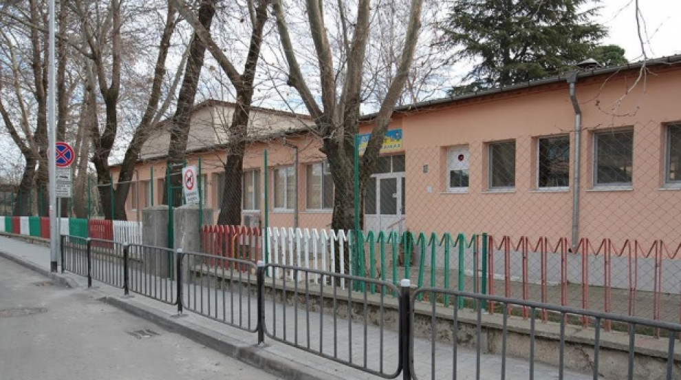 """Пропадналата ограда край детска градина """"Ивайло"""" ще бъде ремонтирана в кратък срок"""