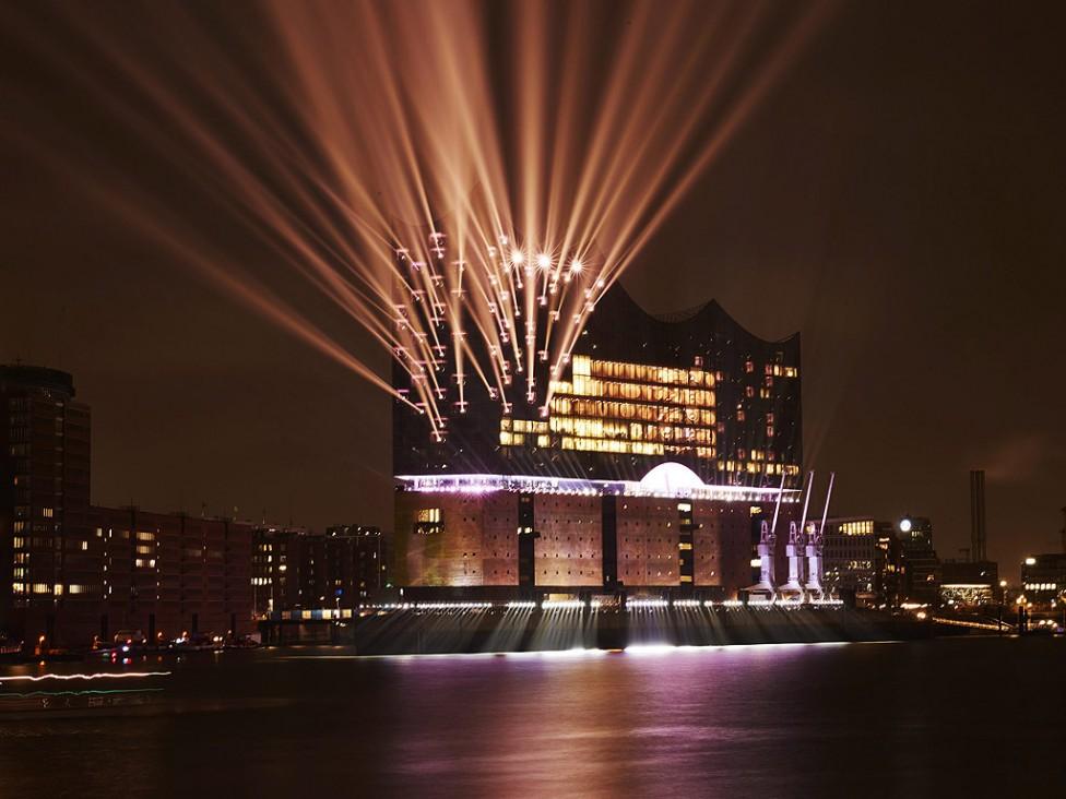 - Светлини осветяват Филхармонията на Елба по време на церемония по откриването в Хамбург, Германия. Сред забележителностите в сградата е единственият...