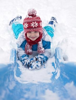 дете сняг забавления