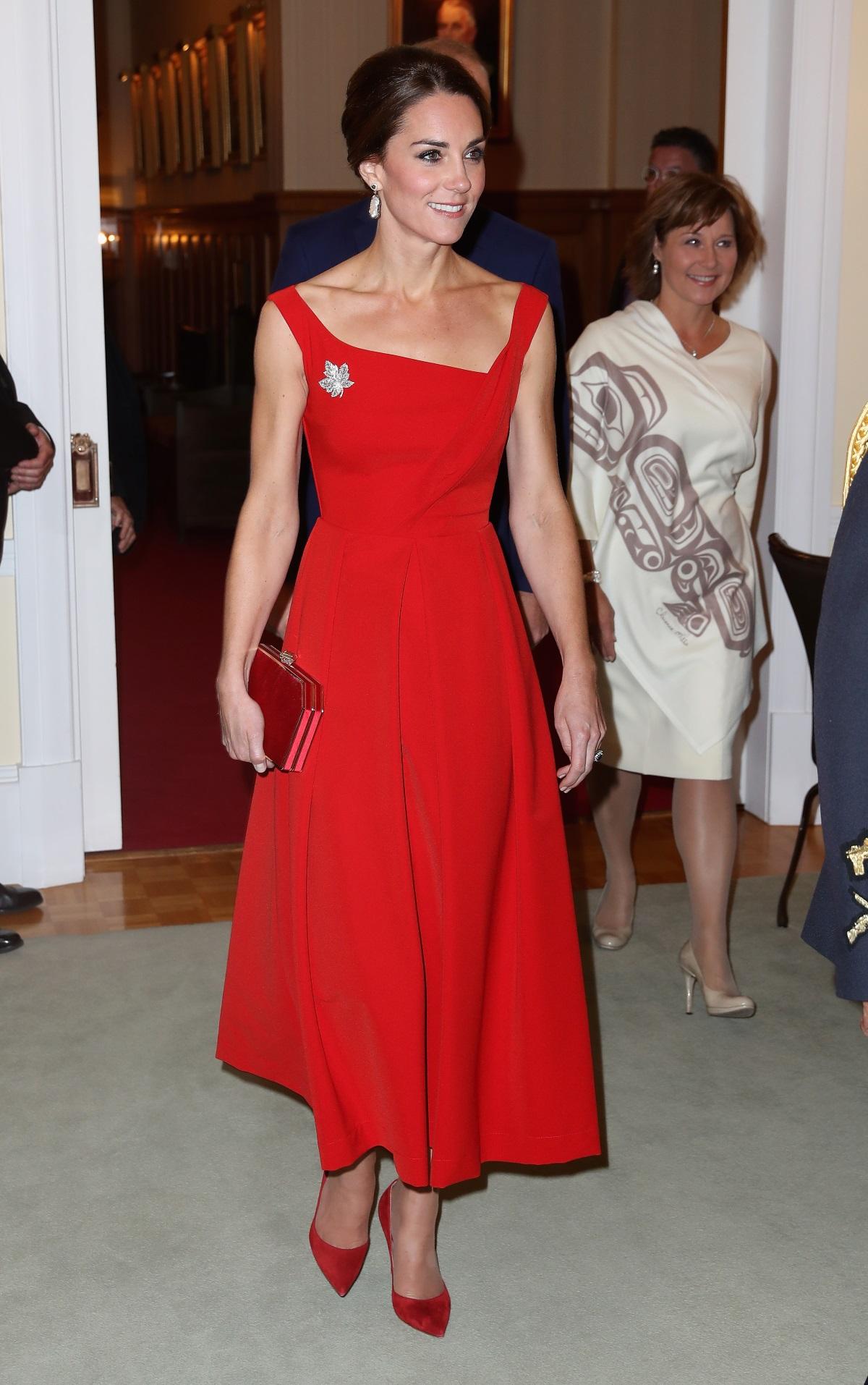 """Когато става въпрос за стил и моден вкус, се сещаме за херцогинята на Кеймбридж Кейт Мидълтън. Тя похарчи доста за гардероба си през 2016 г. Тоалетите ѝ по време на посещението им с принц Уилям в Индия е оценен на 50 хил. долара, а дрехите ѝ за визитата в Канада са на стойност 100 хил. долара. Въпреки това, в гардероба на Кейт има и немалко тоалети на ниски цени. Вижте най-евтините облекла, с които се е появявала Кейт Мидълтън. Обзорът е направен от """"Хъфингтън поуст"""" - Канада."""