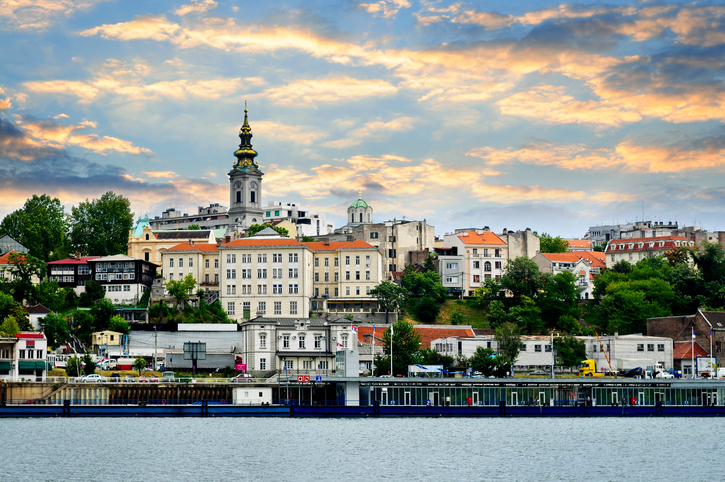 Белград е столица и най-голям град в Сърбия. Този красив и модерен град притежава невероятна уникалност, тъй като новата архитектура е в сполучливо съжителство с едно богато наследство на сгради от османско време.