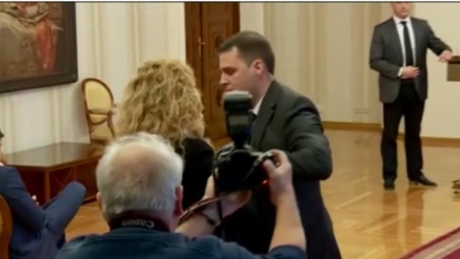 НСО изведе Беновска преди да замери Плевнелиев с ябълка