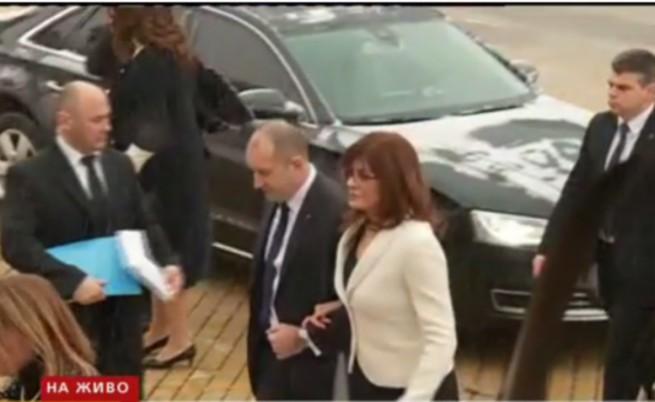 Скандал след клетвата на Радев, влезе в НС с първата дама