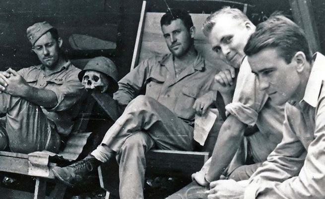 Американски пилоти си почиват в компанията на череп на японски военен.