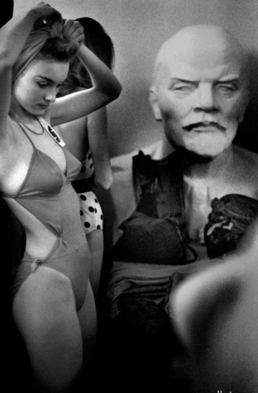 Изглежда сякаш Ленин не одобрява случващото се...