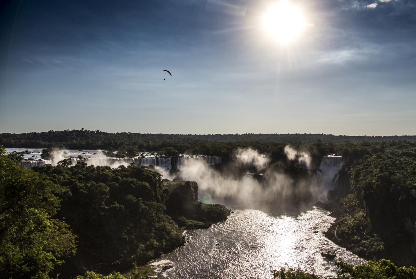 Рафаел Гоберна с парапланер над водопада Игуасу
