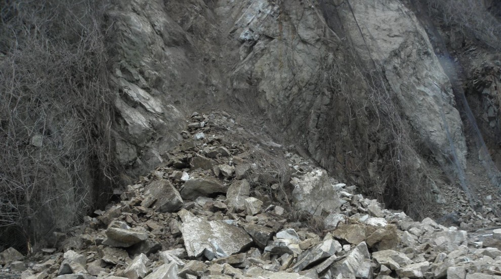 Падащи камъни затвориха път в Родопите