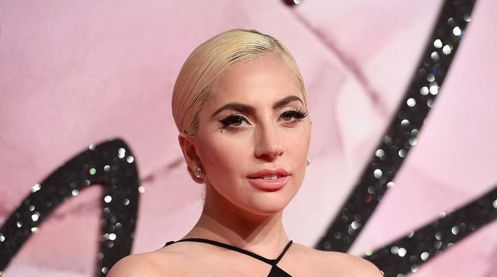 Лейди Гага раздава напитки в кафене (СНИМКА)
