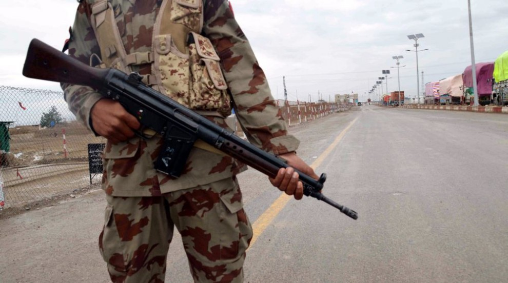 Атентатори самоубийци атакуваха пакистански съд, има жертви