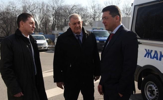 Двамата (в дясно) коментираха, че няма да има оставка или уволнение и то само преди седмица