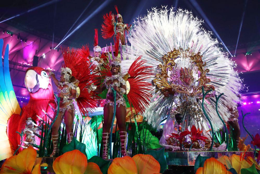 В цяла Бразилия вчера започнаха пищните карнавални веселия, изпълнили улиците с хиляди местни и туристи, съобщиха световните агенции.<br /> <br /> Първите школи по самба дефилираха по улиците на Рио де Жанейро, хиляди празнуващи танцуваха в 32-градусовата жега и висока влажност, характерна за лятото в Южното полукълбо.