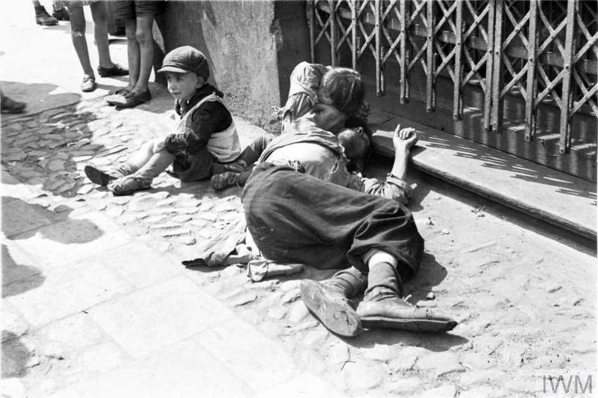 """Вследствие на студ, глад, болести и депортиране в лагера """"Треблинка"""" през октомври 1942 г. в гетото остават 35 639 човека, 10% от хората регистрирани на тази територия през юли същата година.<br />"""