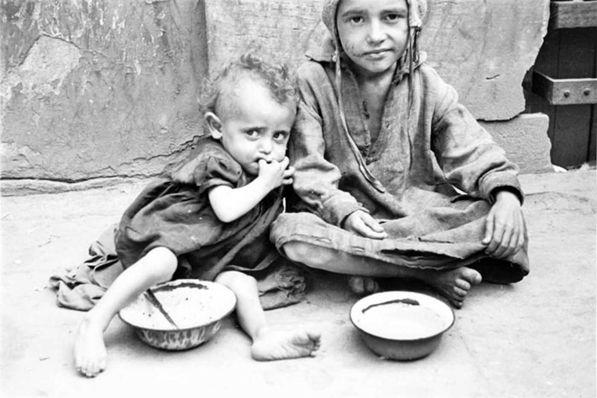 До април 1941 г. там вече живеят 460000 души, поне 85000 от които деца на до 14-годишна възраст.