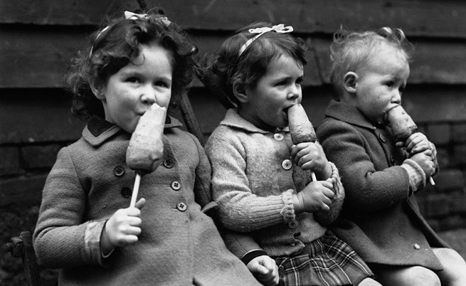 Деца ядат моркови на пръчка, вместо сладолед