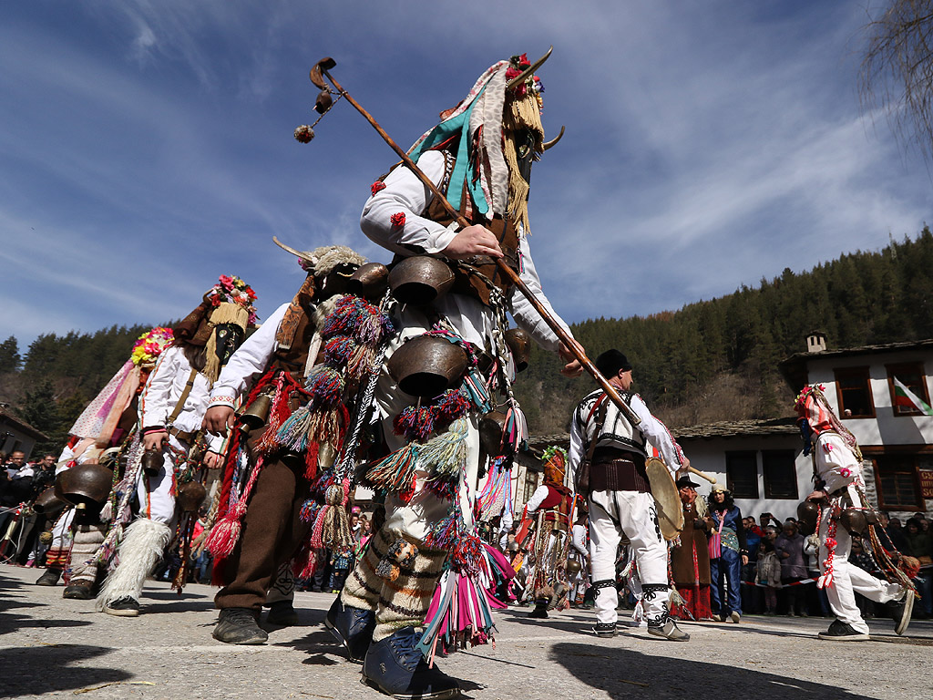 """Всяка година, в първата неделя на месец март в Широка лъка се провежда традиционния кукерски събор – """"Песпонеделник"""". Кукери от всички краища на страната гонят злото за да бъде годината здрава, спорна и плодородна. Освен """"Песяците"""" от Широка лъка, останалите кукерски състави са от Драгоданово, Дъбене, Каравелово, Стралджа, Ябълково – общо повече от 250 участници."""