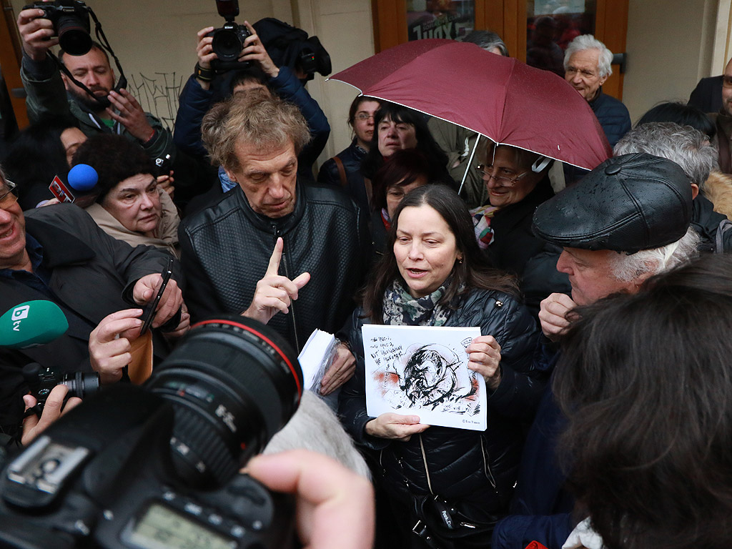 """Вестник """"Прас Прес"""" на площад """"Славейков"""" бе разграбен за минути"""