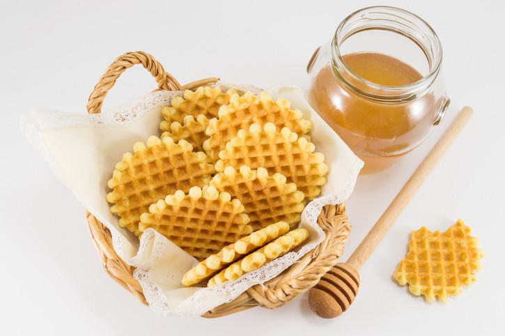 6. Помнете, че най-важното при изпълнението на рецептата е хубавото разбиване на маслото и захарта. Получаването на пухкав крем ще гарантира най-добрите резултати при направата на бисквитки.