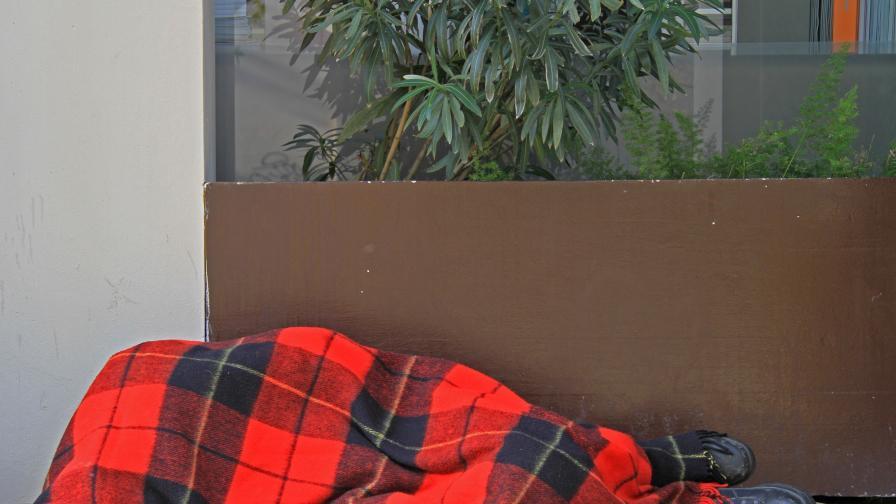 "Изгориха бездомник жив при ""варварска проява"" в Италия"