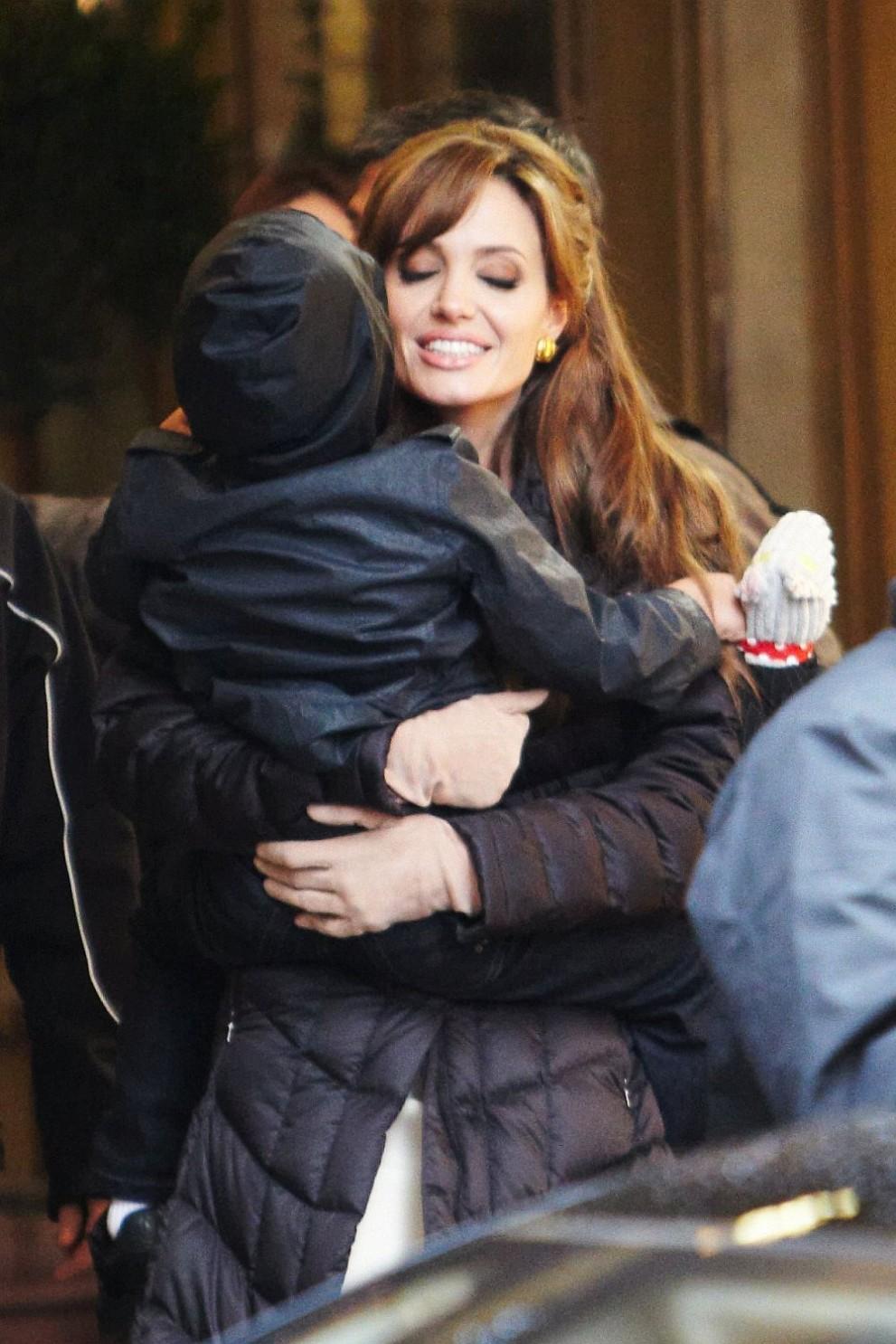 Актрисата Анджелина Джоли и синът й Мадокс през 2010 година