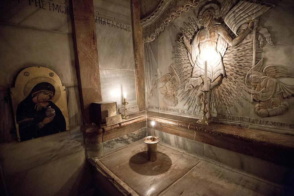 Православните християни вярват, че слизането на Благодатния огън става по свръхестествен начин и е чудо.
