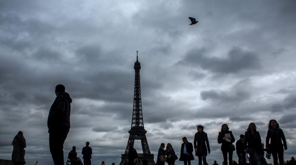 Айфеловата кула потъна в мрак в памет на Жак Ширак