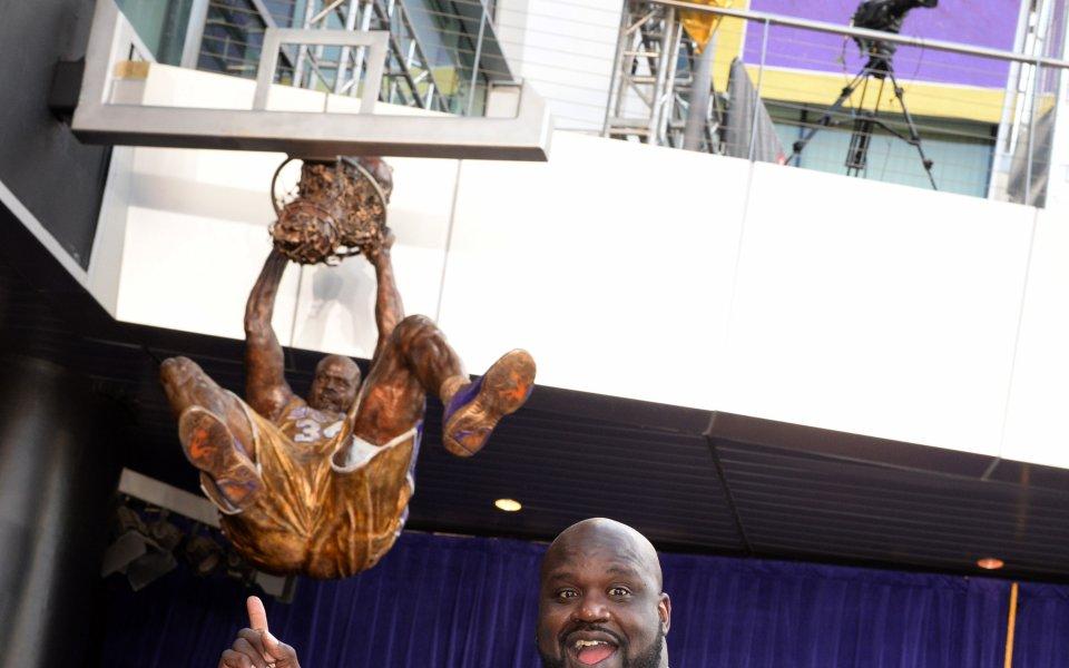 Увековечиха Шак със статуя на мила церемония с Коби