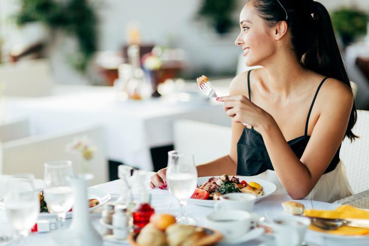 <p><strong>Не следиш&nbsp;калориите, които приемаш -</strong> приемате на повече калории от необходимото на дневна база, може да доведе до голямо натрупване на мазнини, особено в областта на корема. Ето защо най-важното е да съобразите диетата си с личния ви енергиен прием, който ви е необходим за деня. Калорийните нужди се обуславят от различни фактори, но най-важните са пол, възраст, височина, килограми и нива на активност. Всеки човек е различен и по тази причина за точното определяне на вашата ежедневна калорийна нужда, ви трябва мнението на диетолог, който има достъп до вашето здравно досие и е запознат с начина ви на живот.</p>