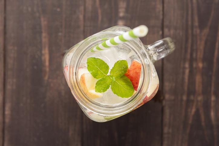 Овкусете водата с любимите си плодове, зеленчуци и билки: Накиснете вашия любим плод, зеленчук или билка в кана с вода за една нощ или за няколко часа. Освен че това ще ви помогне да пиете повече вода, добавянето на мента и лимон ще засили вашия метаболизъм и ще подпомогне загубата на тегло (ако сте на диета). Най-предпочитани за добавяне са цитрусовите плодове, краставицата, ментата, лимон и диня;