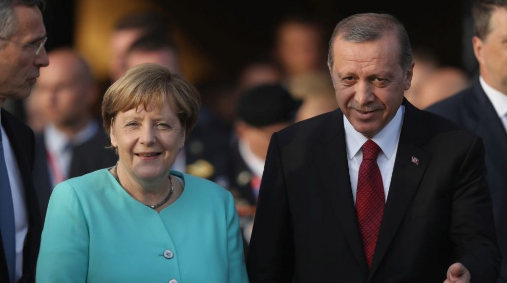 Ердоган смъмри Меркел за приемането на турски бегълци