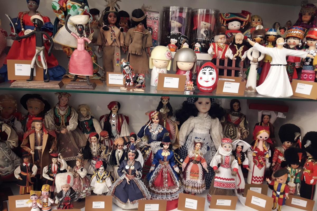 Част от колекцията с кукли от 70 държави.