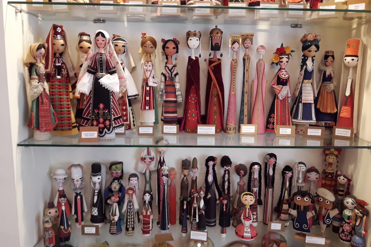 Колекция от стотици български фолклорни кукли гордо представя България. Тя се състои от над 300 кукли и е събирана над 50 години. Подарък е на музея от семейството на балетиста от Музикалния театър в София Василий Гордиенко.
