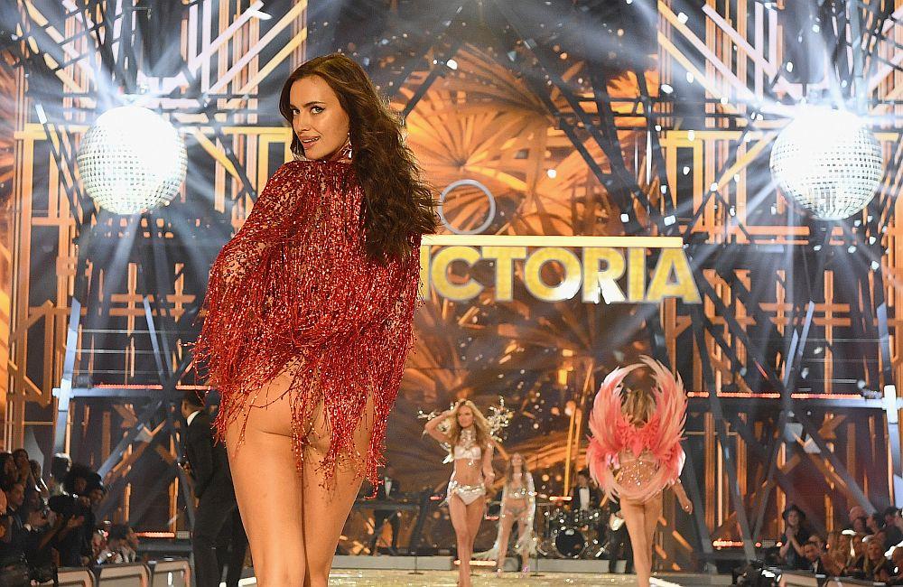 <strong>Ирина Шейк</strong> изненада всички, като се появи бременна в модното ревю на Victoria's Secret в края на ноември 2016 година.<br /> <br /> Красивият руски <strong>топмодел </strong>се опита да прикрие корема си, но наблюдателните фотографи успяха да заснемат тайната й.<br /> <br /> 30-годишният модел има връзка с актьора<strong> Брадли Купър от 2015 г. </strong>Преди това изкусителната красавица беше дълги време гадже на футболната звезда Кристиано Роналдо.