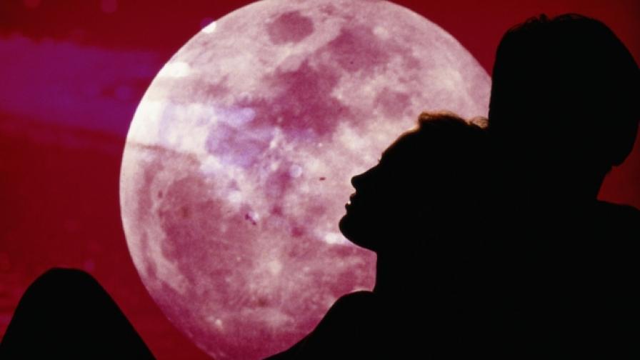 Розова Луна ще видим в небето тази нощ