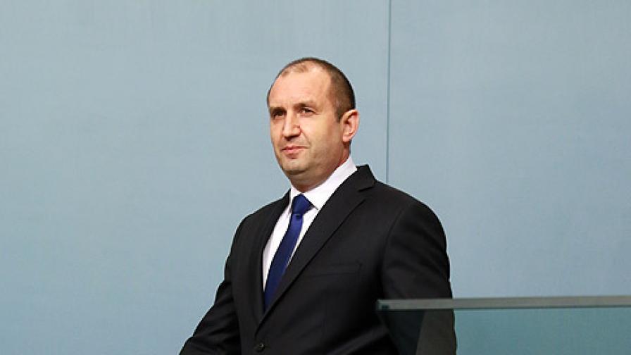 Радев иска разузнаването, критикува Каракачанов