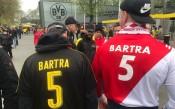 Феновете на Борусия и Монако с фланелки на Бартра