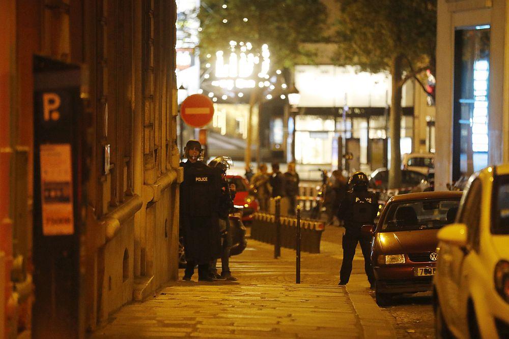 """Един полицай бе убит, а други двама служители на реда бяха ранени при стрелба на централния булевард """"Шанз-Елизе"""" в столицата на Франция - Париж. Нападателите са били двама. Един от тях е убит, другият е успял да се изплъзне. Ислямска държава пое отговорност за нападението над служители на реда във френската столица."""
