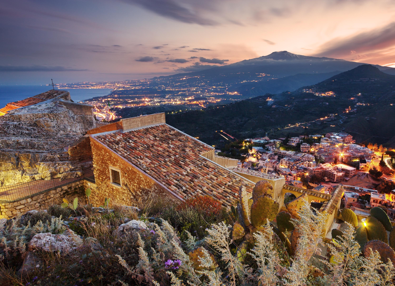 Таорминаегради община на източния бряг на островСицилиявпровинция Месина,Италияс 11093 жители