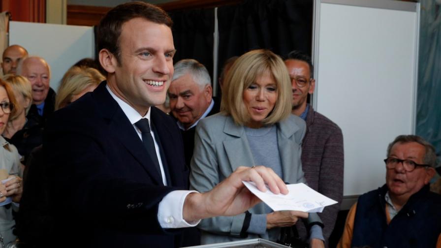 Еманюел Макрон и съпругата му гласуват