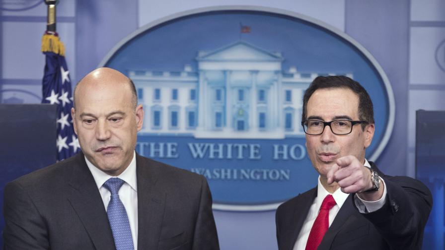 Кон (ляво) и Мнучин при представянето на данъчния план