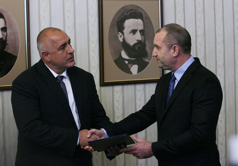 Президентът Румен Радев връчи мандат за съставяне на правителство на лидера на ГЕРБ Бойко Борисов