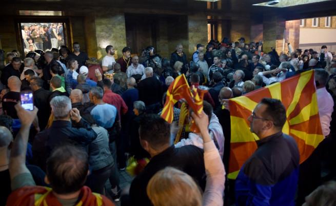 Протестиращи нахлуха в македонския парламент, биха депутати