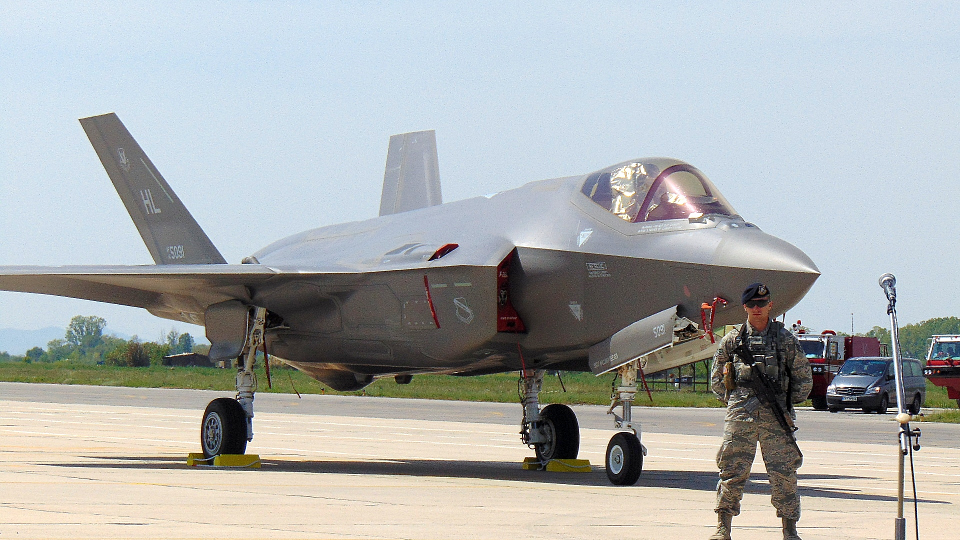 Американски суперизтребители летят над България Два самолета F-35A извършиха демонстрационен полет и кацнаха в авиобаза Граф Игнатиево. Това са единствените изтребители от пето поколение в света. F-35A e почти невидим за радарите, със Стелт покритие и уникални характеристики на двигателя. Президентът Румен Радев присъства на демонстрацията.